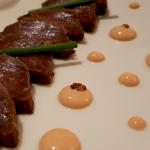 Tataki de solomillo ibérico marinado 24 horas con salsa huancaína y mostaza en grano. Manso. Gran Canaria | Foto: José L. Conde