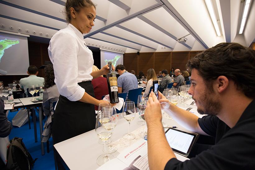 Un asistente a la cata de vinos de Tenerife fotografía una botella | Foto: Coconut
