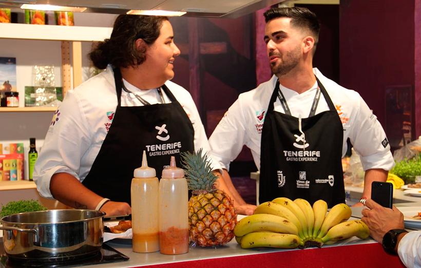 Los chefs Diana Marcelino y Carlos Mesa, en el estand tinerfeño