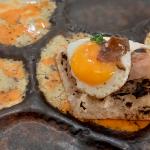 Tosta de anguila ahumada con muselina de setas, huevo frito de codorniz y trufa | Foto: J. L. Conde