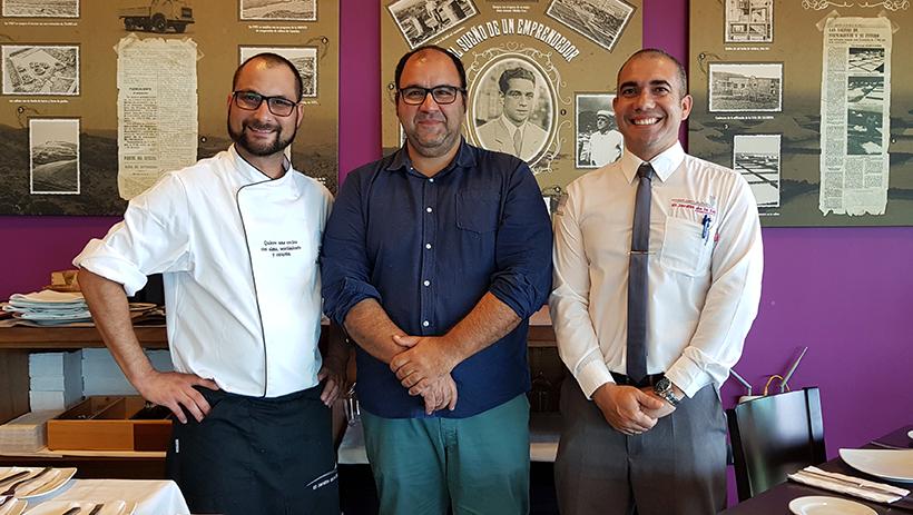 Juan Rodríguez Curpa (i), junto al propietario y el jefe de sala del restaurante | Foto: J.L. Conde