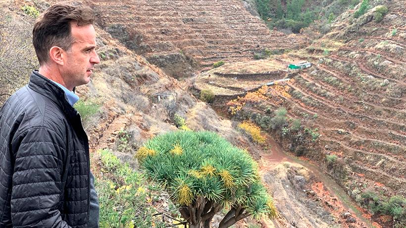 David Forer observa algunos viñedos en La Palma