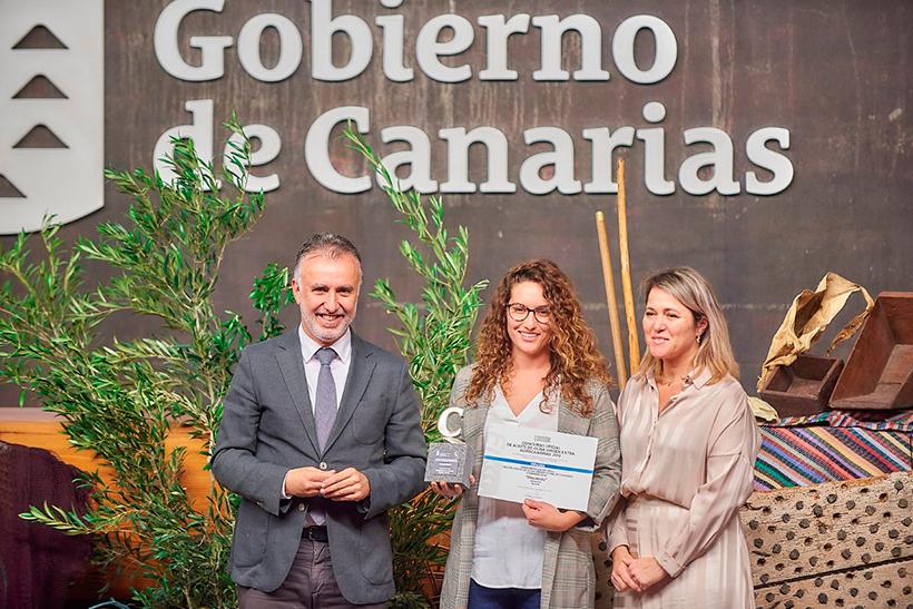 Alba González, junto a Ángel Víctor Torres y Alicia Vanoostende, recoge el premio al mejor aceite de oliva virgen extra