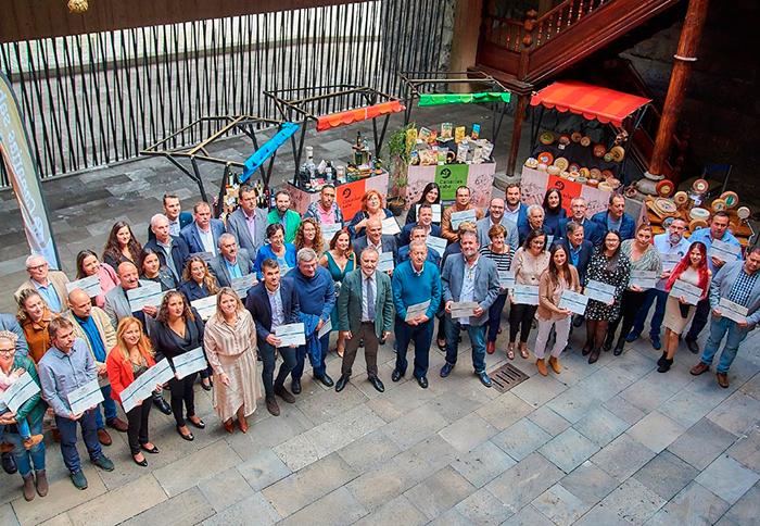 Foto de familia de las autoridades con todos los premiados en el concurso Agrocanarias