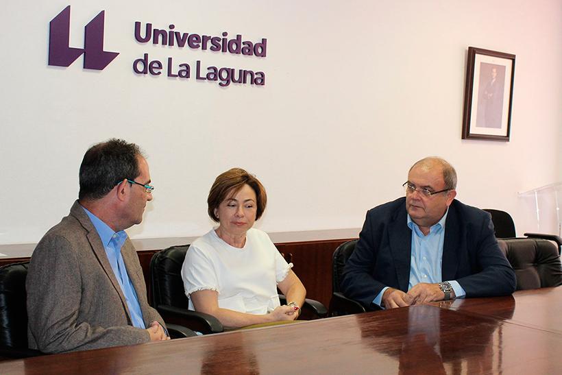 Rosa Aguilar, con Juan Jesús Méndez Siverio y Clemente González, dos de los galardonados con el Premio