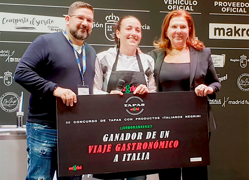 Dani García y Nicoletta Negrini posan con Cristina Torrens, ganadora del concurso de tapas