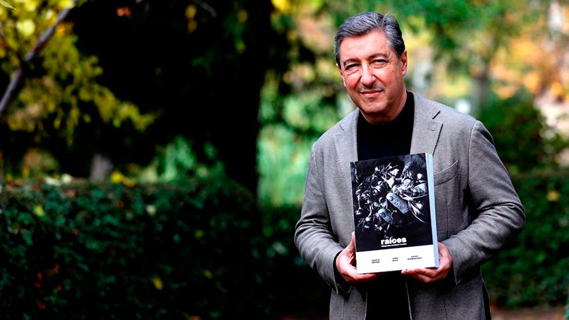 El chef de El Celler de Can Roca, Joan Roca, con su libro