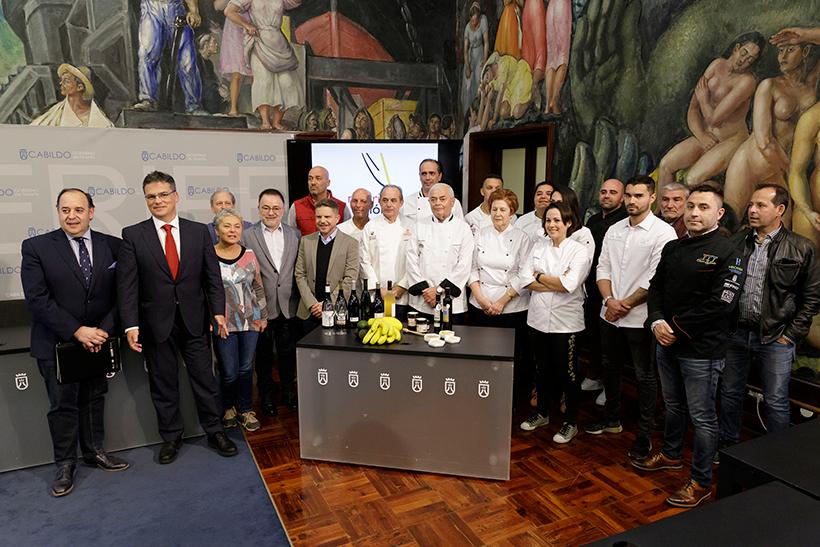 Foto de familia de autoridades y representantes del mundo culinario en la presentación de las actividades de Madrid Fusión
