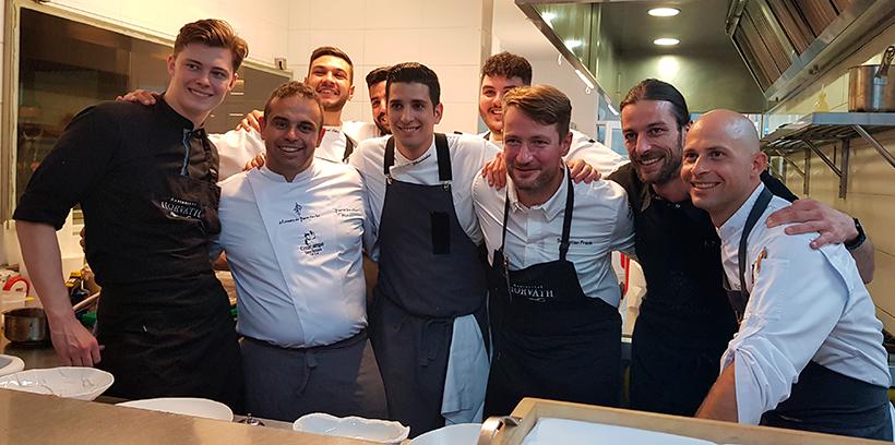Víctor Bossecker, primero por la derecha, junto a los chefs Juan Carlos Padrón y Sebastian Frank   Foto: José L. Conde