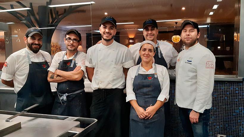 El chef Diego Schattenhofer y su equipo, en la cocina del restaurante | Foto: José L. Conde