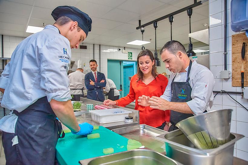 Yaiza Castillo conversa con Miguel Navarro en las cocinas del Hotel Escuela
