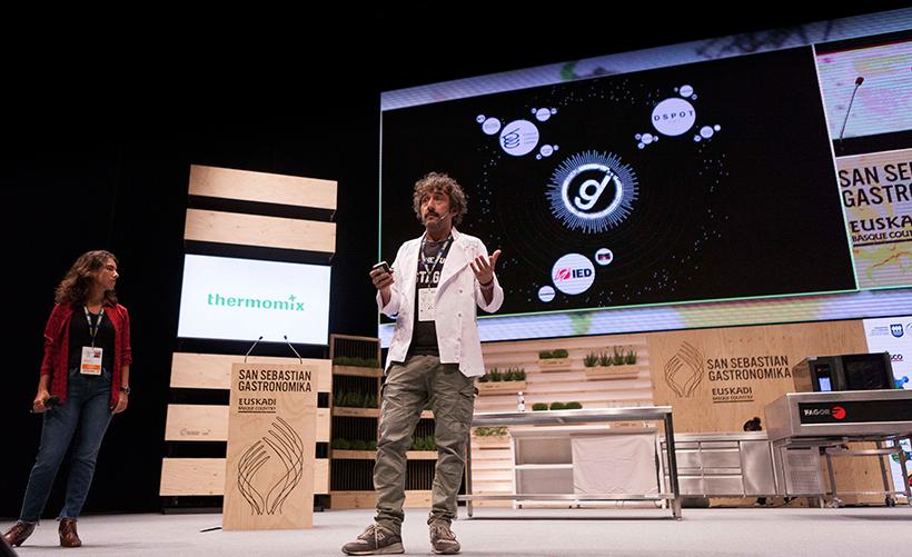 Diego Guerrero, sobre el escenario de San Sebastián Gastronomika | Foto: Coconut