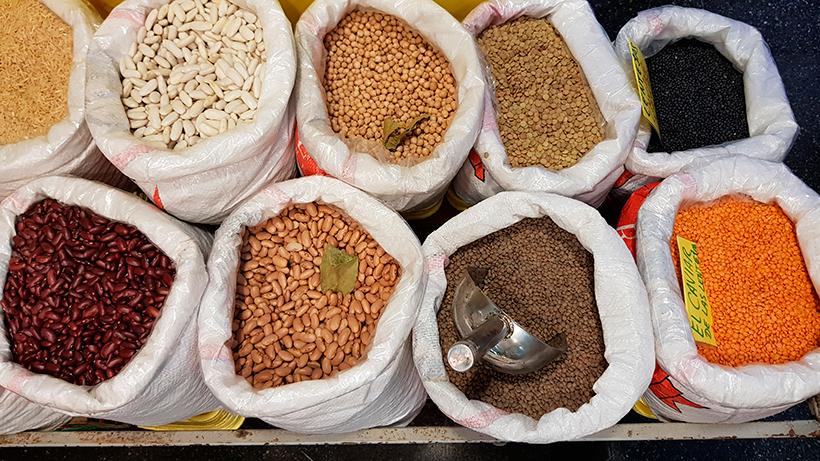 Puesto de legumbres a granel en el Mercado de Vegueta | | Foto: José L. Conde