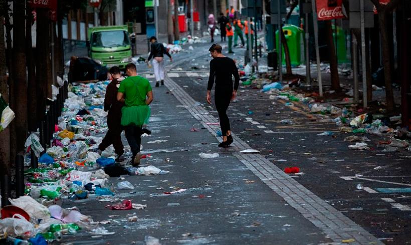 Basura acumulada en las calles de Santa Cruz tras una noche de Carnaval | Foto: Fran Pallero
