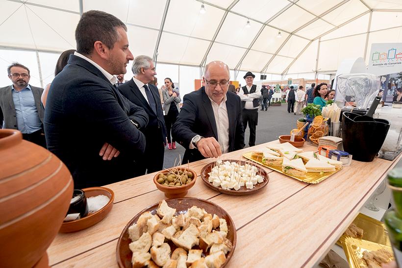 Antonio Morales prueba un queso de Gran Canaria
