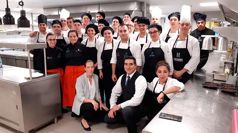 Miguel Navarro y su equipo posan con personal y alumnos del Hotel Escuela con los que ha trabajado estos días | Foto: José L. Conde