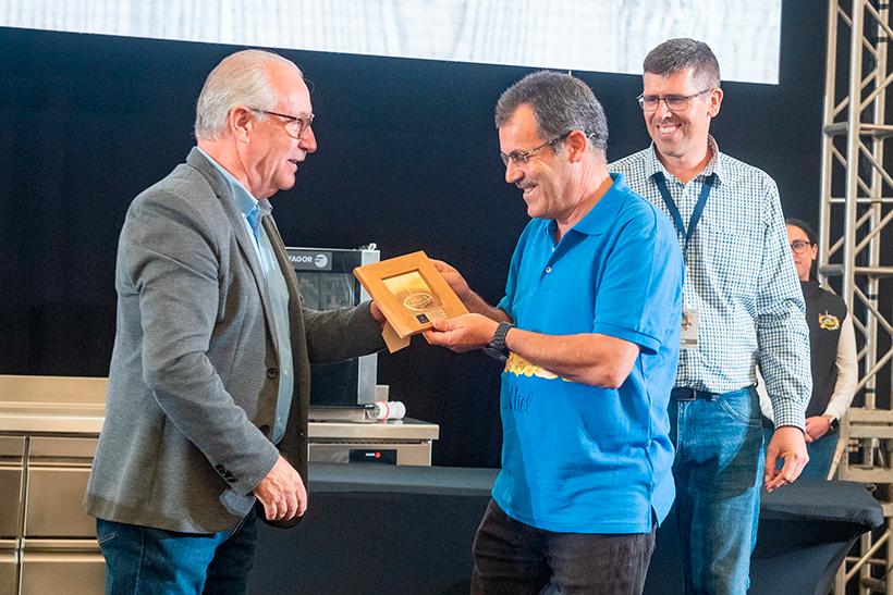 El apicultor galdense Juan Félix Díaz, recibe el premio a la mejor miel de manos del consejero Miguel Hidalgo