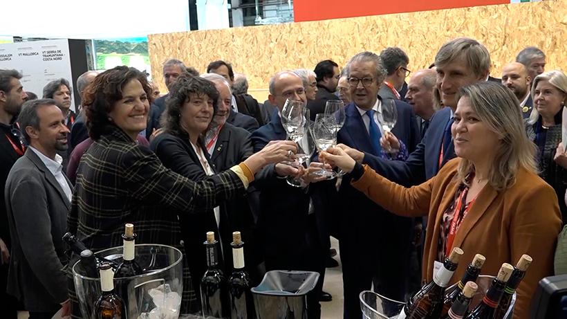 Alicia Vanoostende brinda junto a otras autoridades en la feria del vino de Barcelona