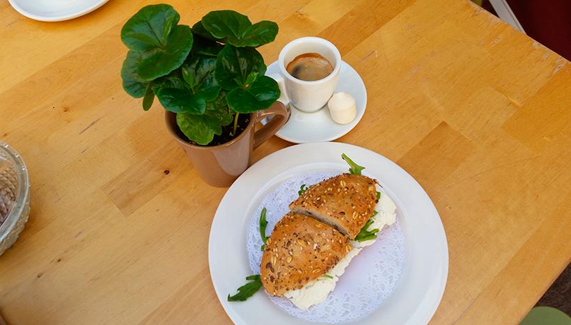 Tardaremos en volver a las cafeterías a por el café y la pulguita para desayunar | Foto: José L. Conde