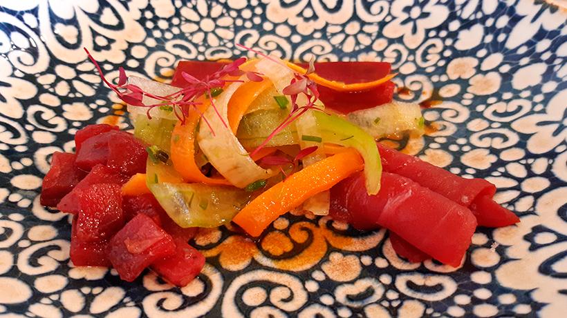 Ensalada de sashimi de tataky de tarantelo con nuestro encebollado, uno de los platos de El Ancla | Foto: José L. Conde