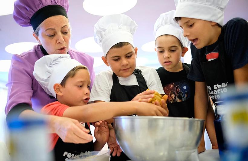 Ahora que estamos confinados tenemos la oportunidad de enseñar a los menores a cocinar, a distinguir los productos y a crear platos