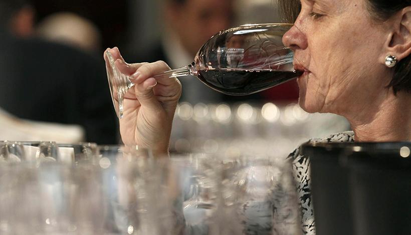 Los comercios de distribución de vinos celebran vídeo catas e incluso te acercan los pedidos hasta las puertas de tu casa