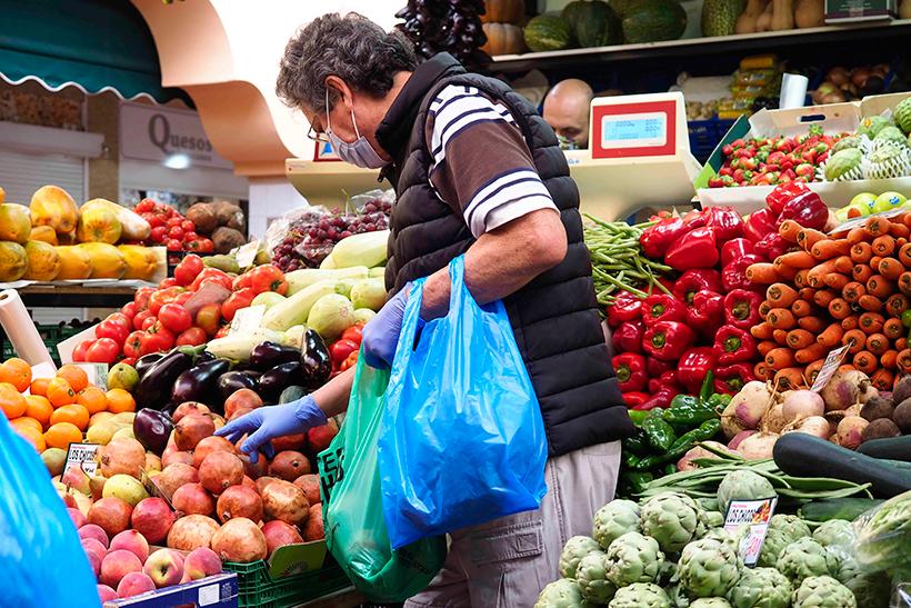 Un cliente elige el producto en un puesto de fruta y verdura   Foto: Sergio Méndez