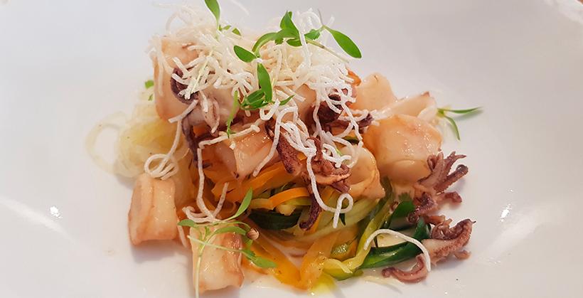 Chipirón salteado, cremoso de curry rojo y verduras estilo thai de El Taller de Seve Díaz   Foto: José L. Conde