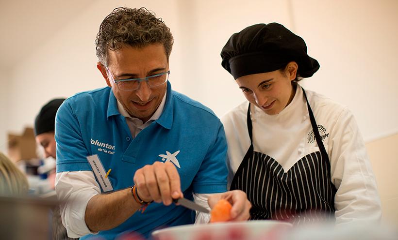 Voluntarios de La Caixa durante las clases de cocina