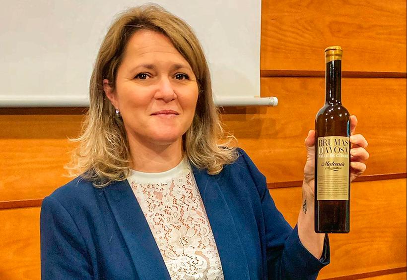 La consejera de Agricultura, Ganadería y Pesca, Alicia Vanoostende, con el vino ganador