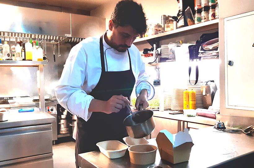 Alberto González Margallo ultima los preparativos del menú delivery  | Foto: José L. Conde