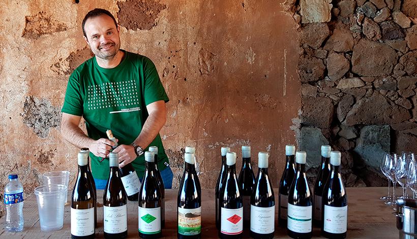 Roberto Santana, con una selección de sus vinos, entre ellos el preiado por Falstaff | Foto: José L. Conde