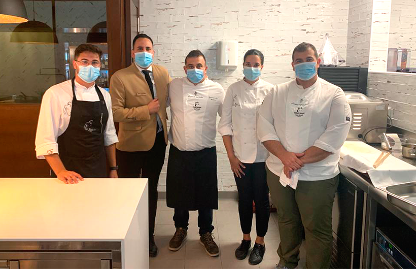 Juan Carlos y Jonathan Padrón, la jefa de cocina de Poemas, Icíar Pérez, Adrián García, ayudante, y el jede de sala, Esteban García