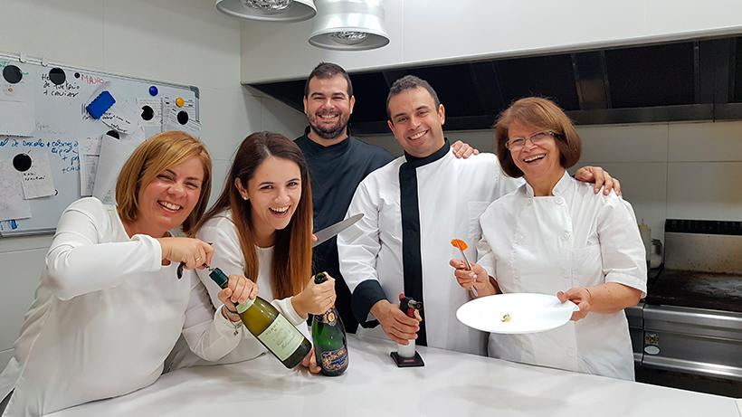 De izquierda a derecha, María José Plasencia, Raquel Navarro, Jonathan y Juan Carlos Padrón, e Ina León, en la cocina de El Rincón de Juan Carlos | Foto: José L. Conde
