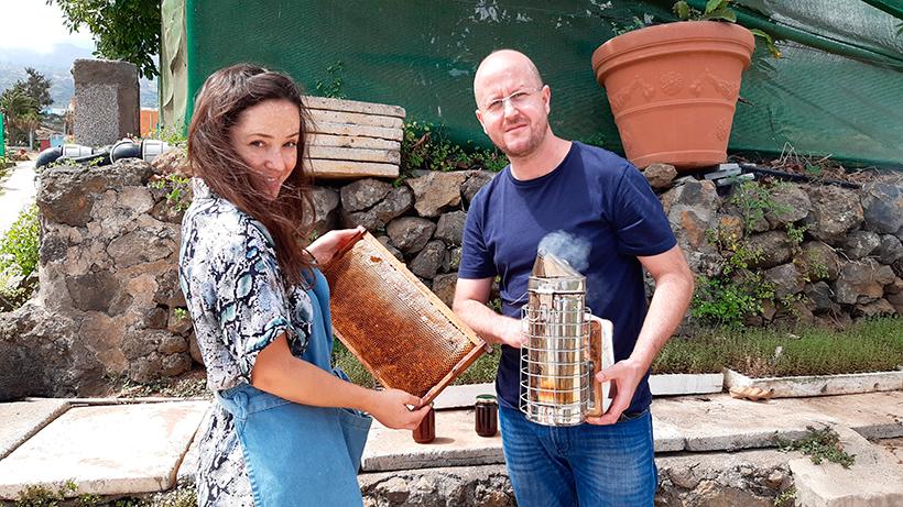 Carmen López de Vergara y Seve Díaz examinan un panal de las colmenas de la Finca El Patio | Foto: José L. Conde