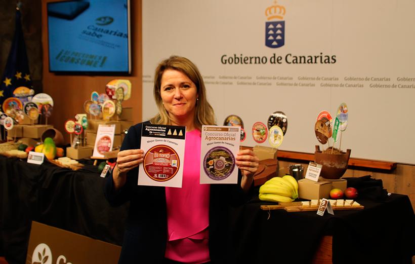 Alicia Vanoostende muestra las etiquetas de los mejores quesos de Canarias