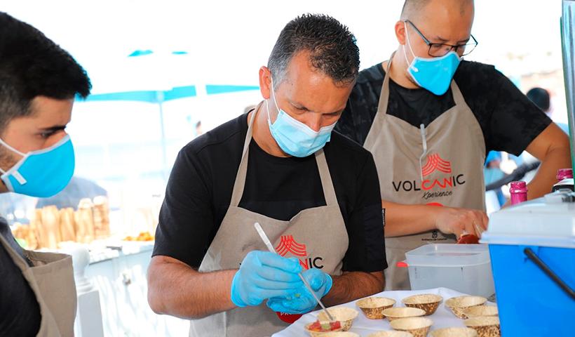 El chef y asesor gastronómico, Juan Carlos Clemente (c), elaboró varios platos con el atún