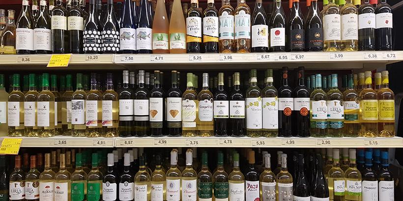 Lineal de vinos en un supermercado de Tenerife   Foto: José L. Conde