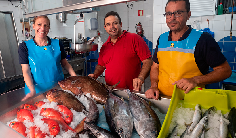 Juan Carlos Padrón, flanqueado por Ada Lago y Juan Navarro en su pescadería, El Rabil   Foto: Fran Pallero