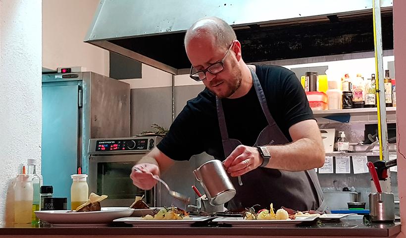 Seve Díaz, en la cocina de su restaurante | Foto: José L. Conde