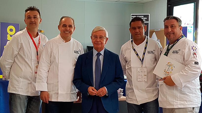 Pablo Pastor (segundo por la izquierda) junto a Rafael Ansón, en la primera edición de Culinaria | Foto: José L. Conde