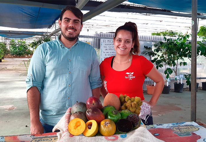 Alfredo Marrero y Sheila Rodríguez posan junto a una cesta de frutas tropicales de La Cosma | Foto: José L. Conde
