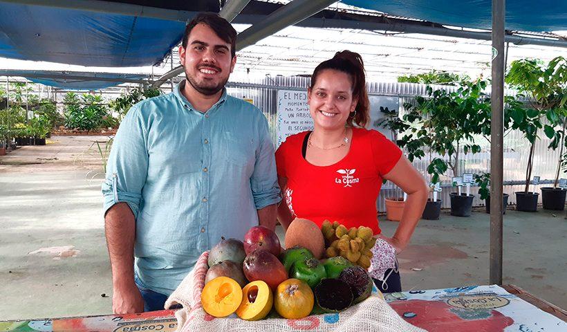 Alfredo Marrero y Sheila Rodríguez posan junto a una cesta de frutas tropicales de La Cosma   Foto: José L. Conde