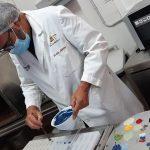 Kerch, en el obrador de El Aderno, experimentando con los colores | Foto: José L. Conde