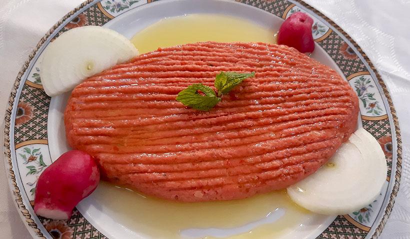 Kipe naye (carne con trigo y especies libanesas), uno de los platos más solicitados   Foto: José L. Conde