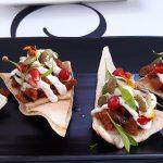 Nachos al estilo persa, con ternera, cebolla, salsa de yogur y tahíne | Foto: José L. Conde