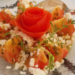 Tomates aliñados con mostaza, cebolla y queso feta | Foto: José L. Conde