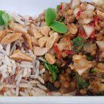 Ensalada mesopotámica: lentejas con hortelana, verduritas y almendras fritas acompañada de arroz salvaje | Foto: José L. Conde