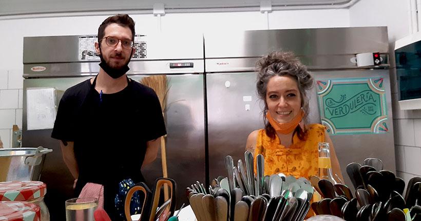 Maren San Vicente y Nuria Jiménez, tras la barra de La Verdulería | Foto: José L. Conde