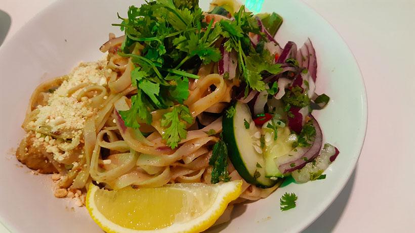 Noodles Satay, fideos de arroz salteados con verdura y quorn con salsa satay casera de coco con maní y vegetales encurtidos | Foto: José L. Conde